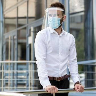 Jeune homme en plein air avec masque