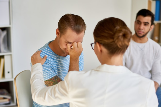 Jeune homme pleurant pendant la séance de thérapie
