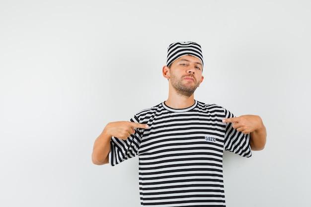 Jeune homme pointant sur lui-même en chapeau t-shirt rayé et à la fierté