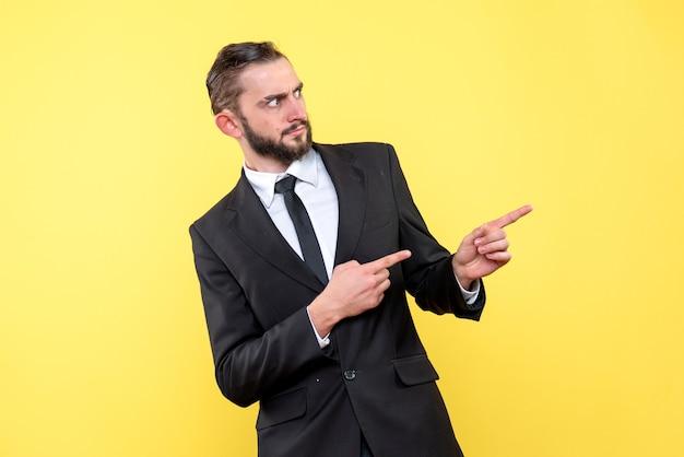 Jeune homme pointant quelque chose dans le côté droit