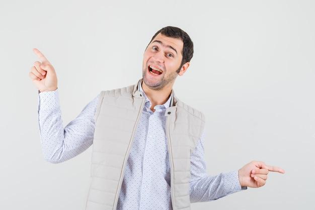 Jeune homme pointant vers l'extérieur en chemise