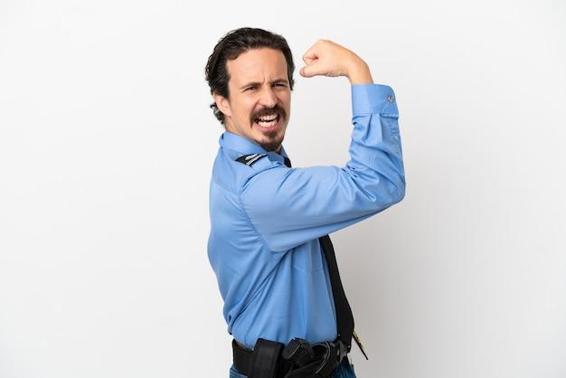 Jeune homme de police sur fond isolé blanc faisant un geste fort