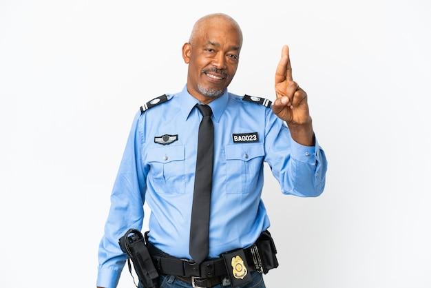 Jeune homme de police isolé sur fond blanc avec les doigts croisés et souhaitant le meilleur