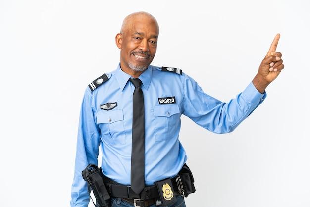Jeune homme de police isolé sur fond blanc pointant vers une excellente idée