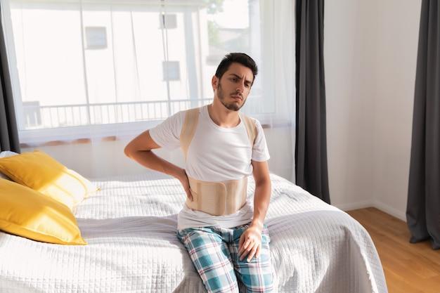 Jeune homme portant une ceinture dorsale.