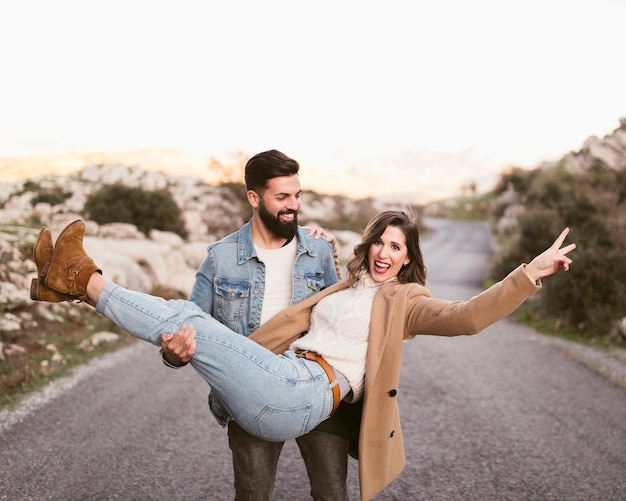 Jeune homme portant sa belle petite amie