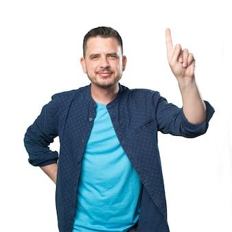 Jeune homme portant une tenue bleue. faire un geste de nombre.