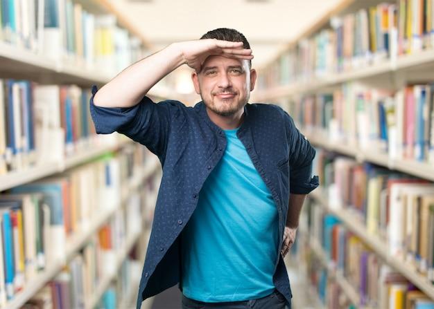 Jeune homme portant une tenue bleue. en regardant dans l'horizon.