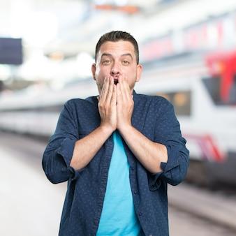 Jeune homme portant une tenue bleue. regarder peur.