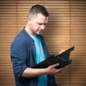 Jeune homme portant une tenue bleue.