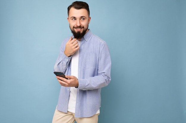 Jeune homme portant une tenue élégante décontractée