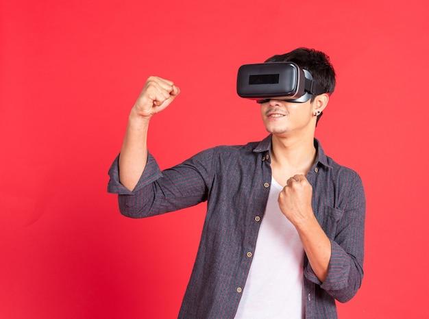 Jeune homme porter un casque virtuel 3d