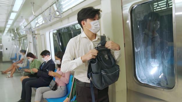 Jeune homme, porter, masque facial
