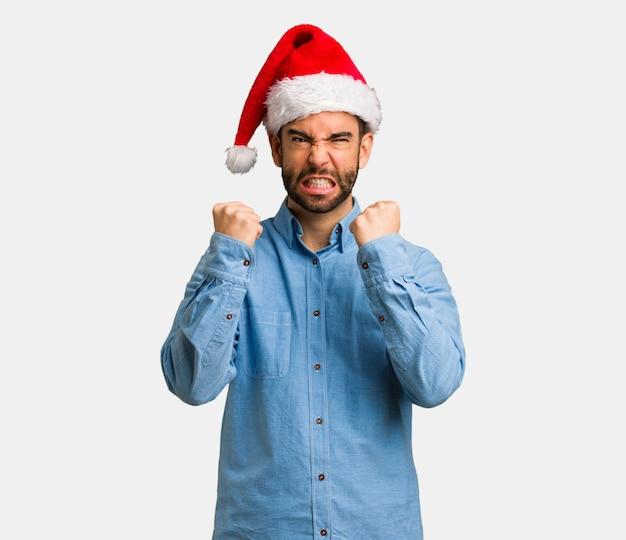 Jeune homme, porter, noël, chapeau, crier, très, colère, et, agressif