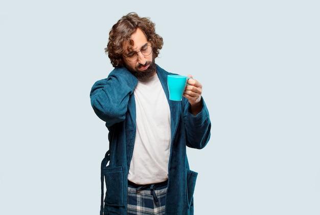 Jeune homme, porter, nuit, peignoir, avoir café,