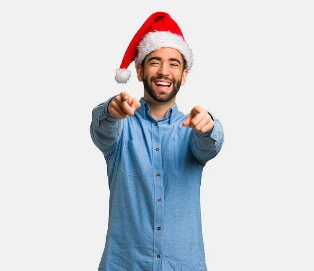 Jeune homme, porter, santa hat, gai, et, sourire