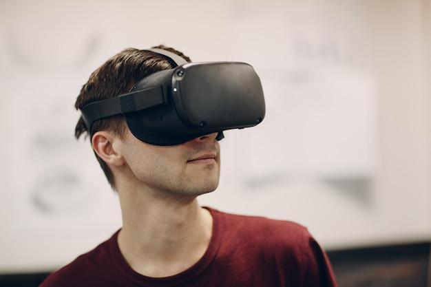 Jeune homme en portrait de lunettes de réalité virtuelle, casque de lunettes vr avec joystick