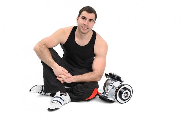 Jeune homme posant avec haltère