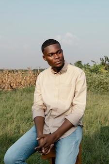 Jeune homme, poser, extérieur