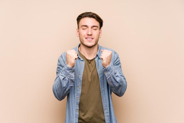 Jeune homme, poser, lever poing, sentiment, heureux, et, réussi