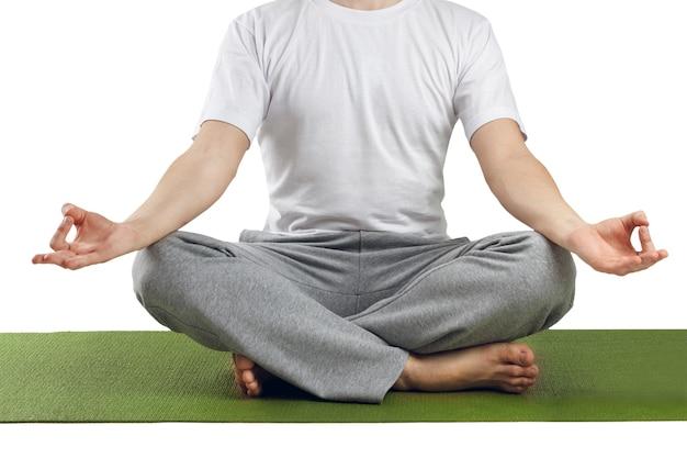 Jeune homme en posture de lotus pratiquant le yoga