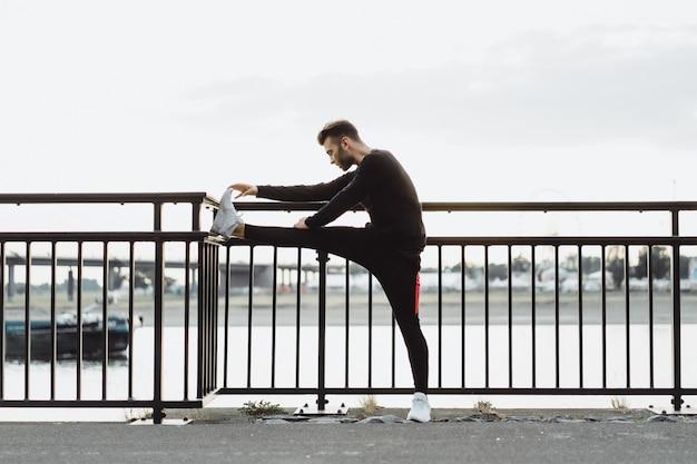 Jeune homme pratiquant des sports dans une ville européenne. sports en milieu urbain.