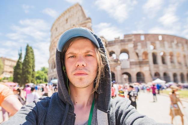 Jeune homme prenant selfie à rome