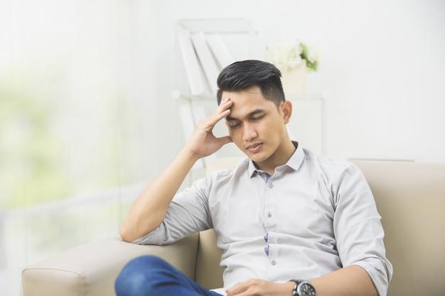 Jeune homme avec des problèmes et du stress à la maison