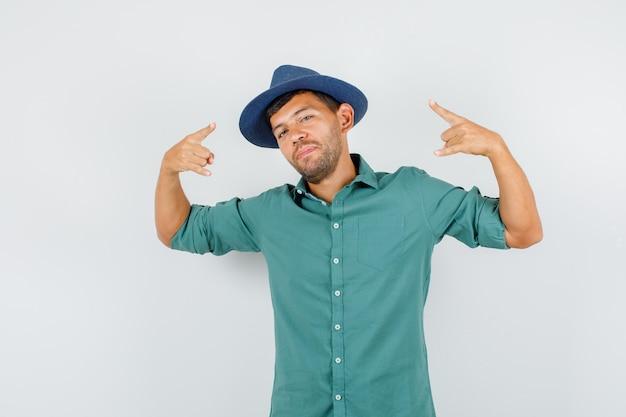 Jeune homme, projection, symbole rock, dans, chemise