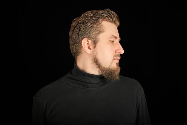 Jeune homme en pull col polo noir