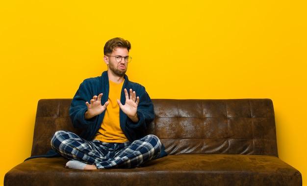 Jeune homme en pyjama se sentant dégoûté