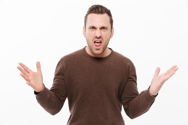 Jeune homme qui crie en colère