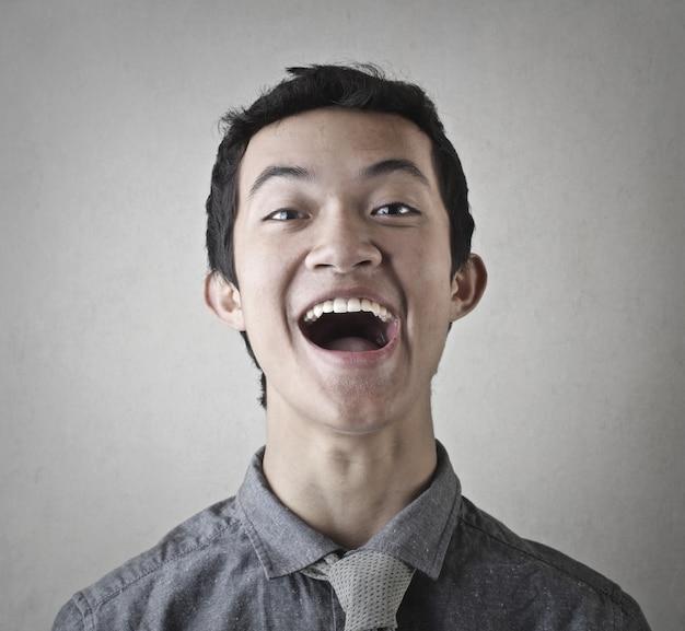 Jeune homme qui rit