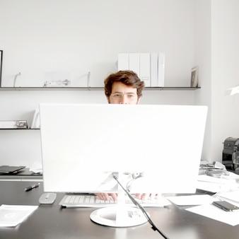Jeune homme qui travaille au bureau