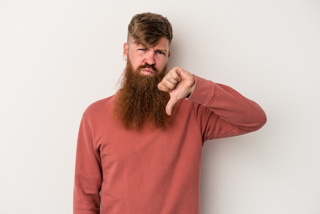 Jeune homme de race blanche au gingembre avec une longue barbe isolé sur fond blanc montrant le pouce vers le bas, concept de déception.