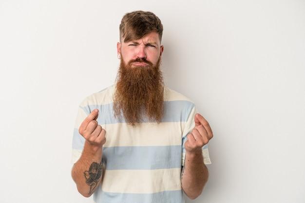 Jeune homme de race blanche au gingembre avec une longue barbe isolé sur fond blanc montrant qu'elle n'a pas d'argent.