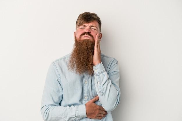 Jeune homme de race blanche au gingembre avec une longue barbe isolé sur fond blanc souffle les joues, a une expression fatiguée. concept d'expression faciale.