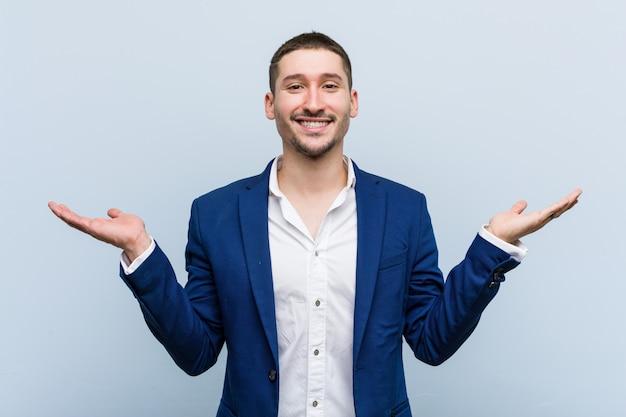 Jeune homme de race blanche fait échelle avec les bras, se sent heureux et confiant.