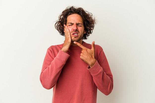 Jeune homme de race blanche isolé sur fond blanc ayant une forte douleur dentaire, une douleur molaire.