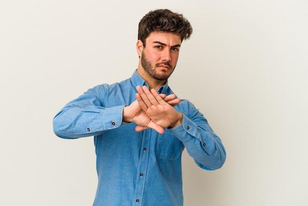 Jeune homme de race blanche isolé sur fond blanc faisant un geste de déni