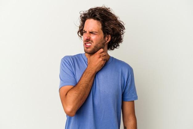 Jeune homme de race blanche isolé sur fond blanc touchant l'arrière de la tête, pensant et faisant un choix.