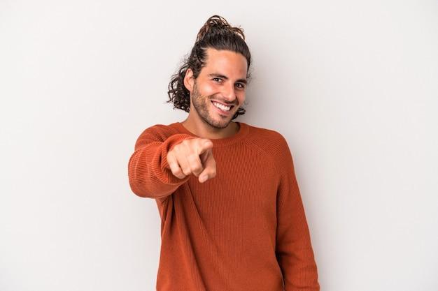 Jeune homme de race blanche isolé sur fond gris sourires joyeux pointant vers l'avant.