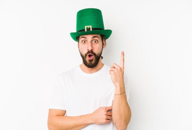 Jeune homme de race blanche portant un chapeau de saint patrick ayant une bonne idée