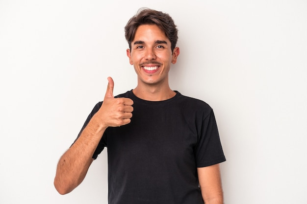 Jeune homme de race mixte isolé sur fond blanc souriant et levant le pouce vers le haut