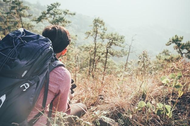Jeune homme en randonnée