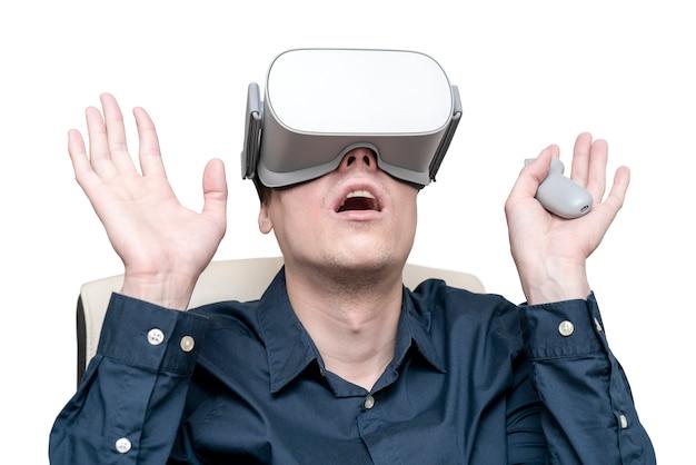 Jeune homme de réalité virtuelle. innovation et progrès technologiques. technologie moderne pour les entreprises.