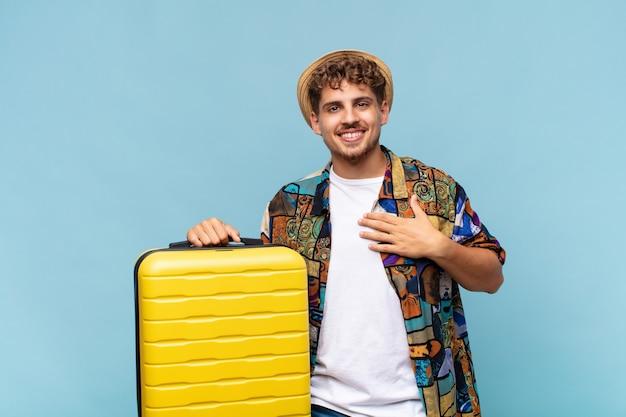 Jeune homme à la recherche de bonheur, confiant et digne de confiance, souriant et montrant le signe de la victoire, avec une attitude positive. concept de vacances