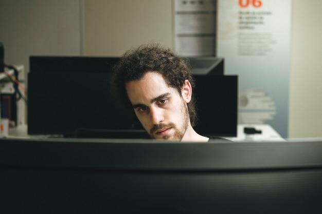 Un jeune homme à la recherche de l'écran en se concentrant sur l'information