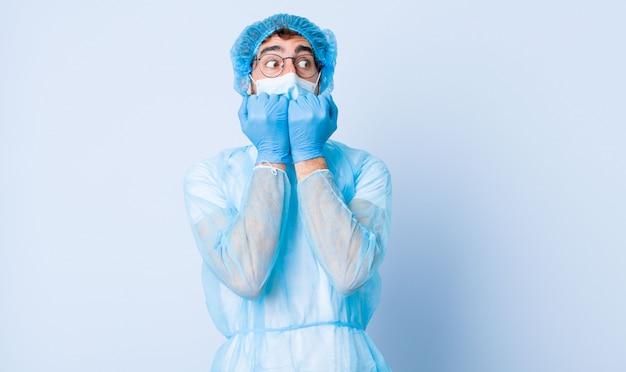 Jeune homme à la recherche d'inquiétude, d'anxiété, de stress et de peur, se rongeant les ongles et regardant l'espace de copie latérale. concept de coronavirus
