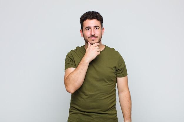 Jeune homme à la recherche de sérieux, confus, incertain et réfléchi, doutant des options ou des choix